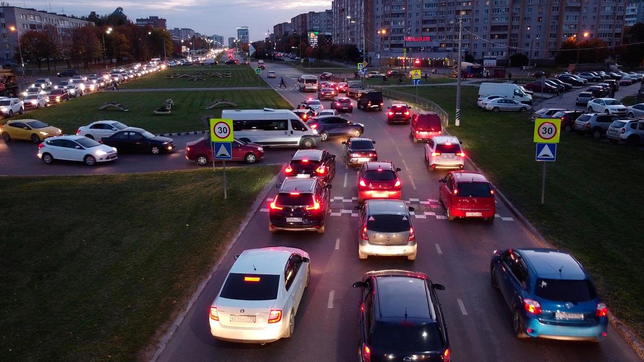 Сотни водителей и пассажиров застряли в пробке на проспекте Маркса